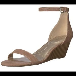 Bandolino Women's Omira Wedge Sandal 9.5 Tan Suede